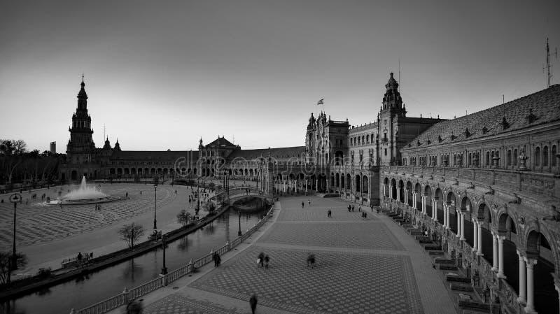 西班牙塞维利亚 — 2020年2月10日:西班牙西班牙广场建筑广视角黑白摄影 库存图片