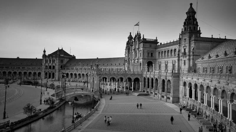 西班牙塞维利亚 — 2020年2月10日:西班牙西班牙广场建筑广视角黑白摄影 库存照片