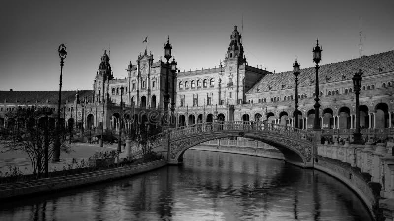 西班牙塞维利亚 — 2020年2月10日:西班牙西班牙广场桥景黑白摄影 免版税库存照片