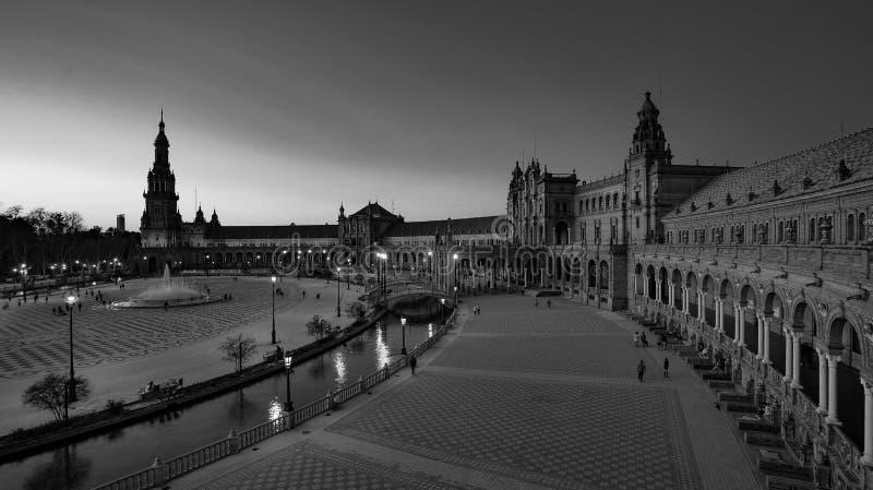 西班牙塞维利亚 — 2020年2月10日:西班牙西班牙西班牙广场建筑广视角黑白摄影 免版税库存图片