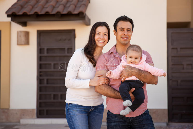 西班牙夫妇和婴孩在他们新的家 免版税库存图片
