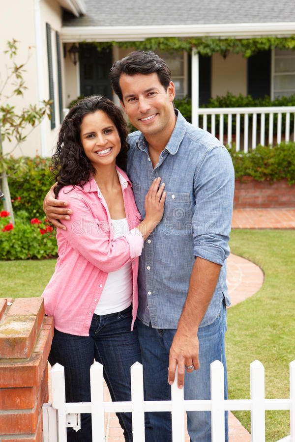 西班牙夫妇常设外部家 免版税图库摄影