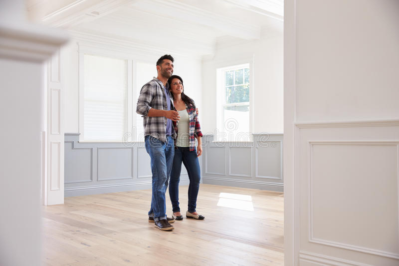西班牙夫妇观察潜在的新的家 库存图片