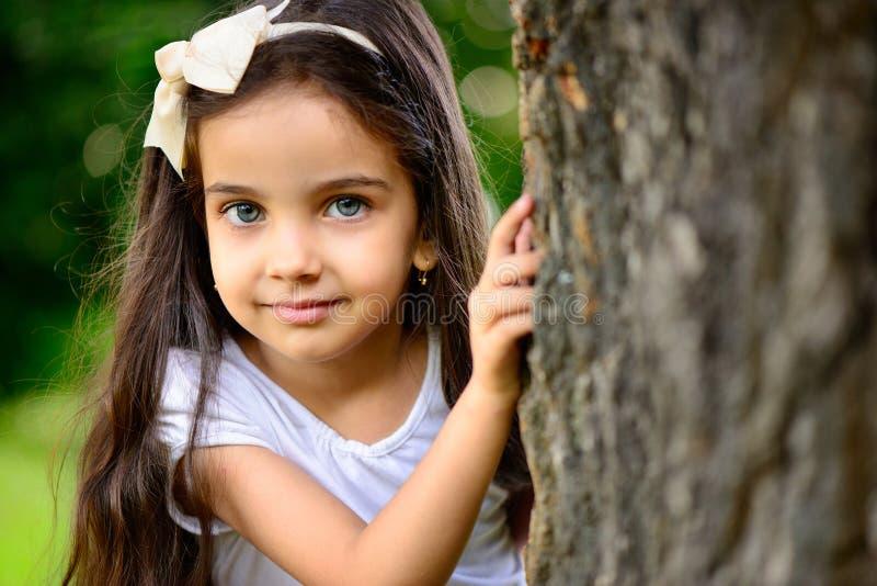 西班牙女孩画象在晴朗的公园 免版税库存图片