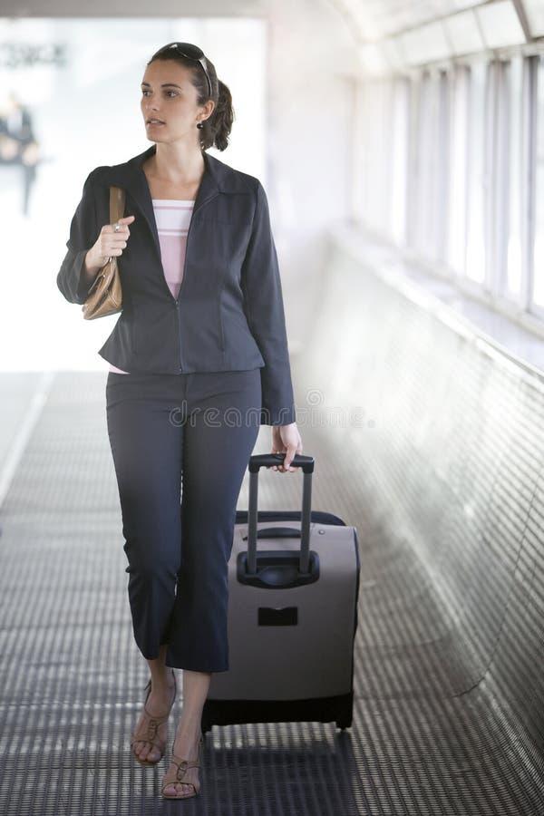 西班牙女实业家在机场 免版税库存照片