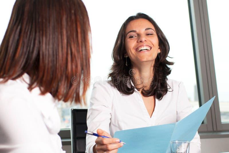 西班牙女实业家微笑 免版税库存图片