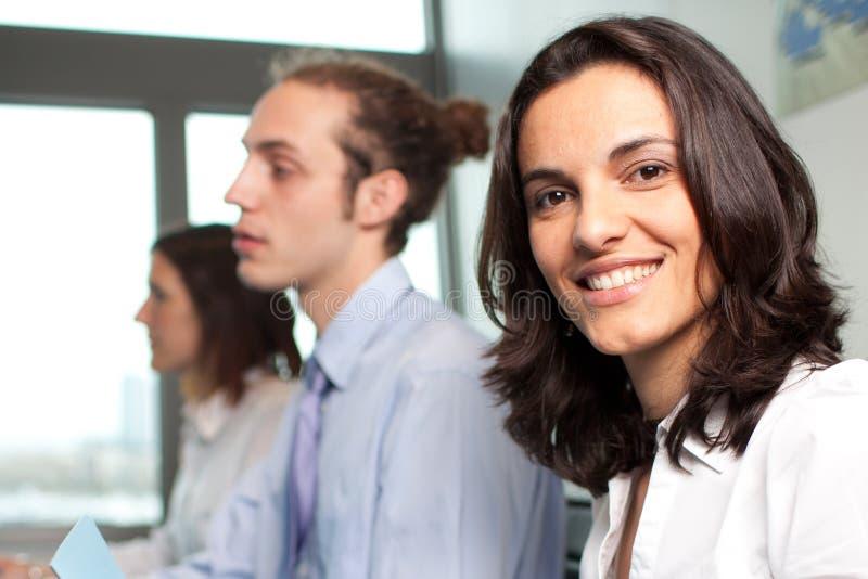西班牙女实业家微笑 免版税库存照片