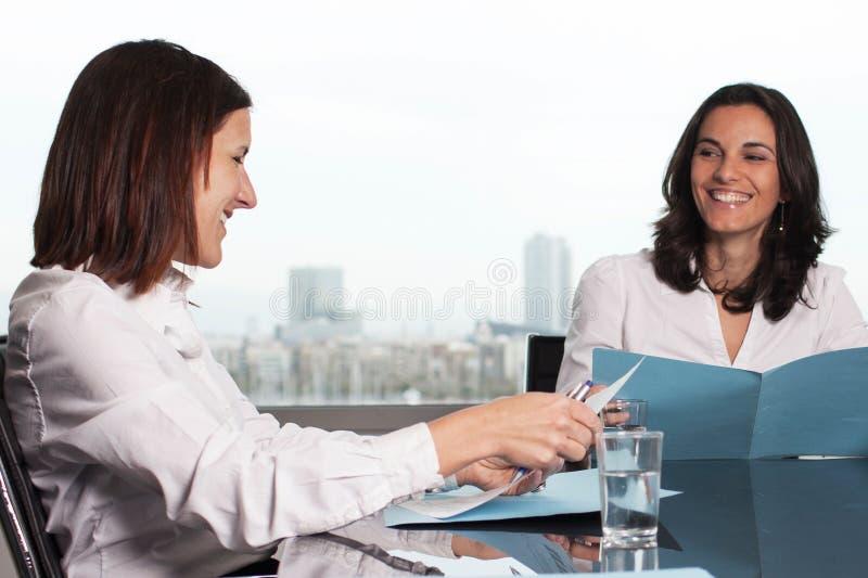 西班牙女实业家微笑 免版税图库摄影