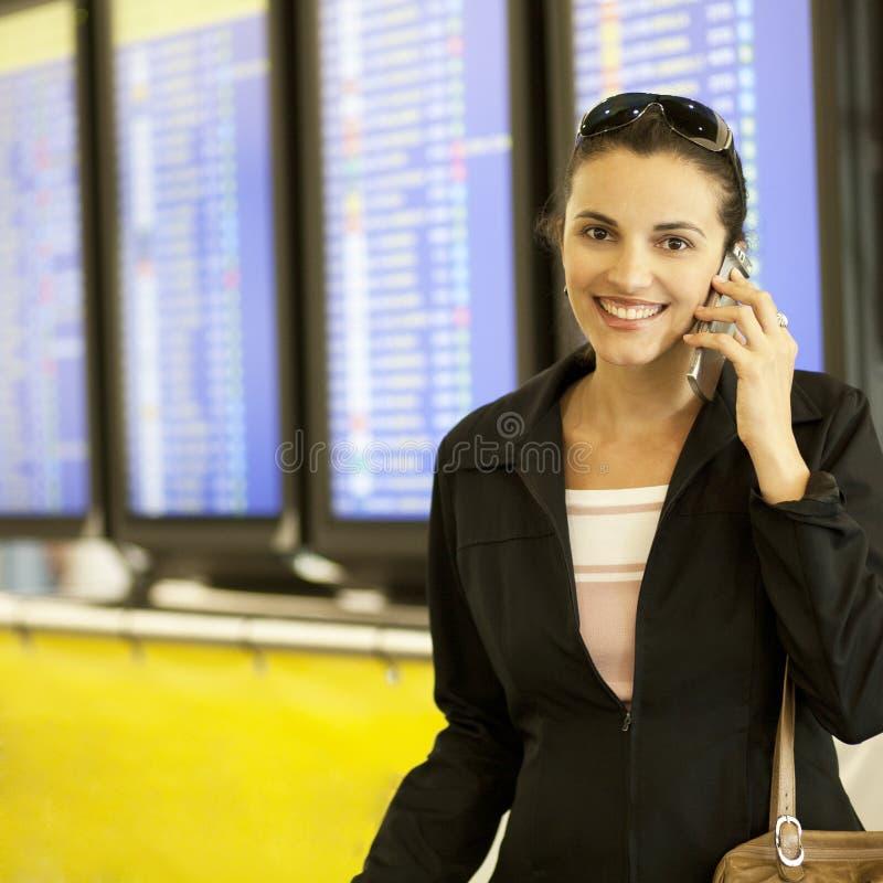 西班牙妇女叫在机场 免版税库存照片