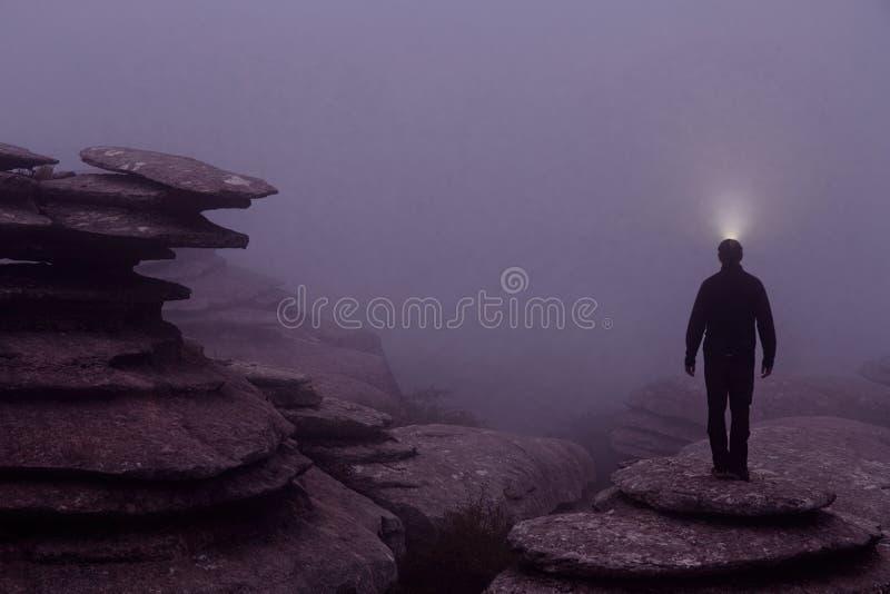 西班牙安达卢西亚马拉加El Torcal de Antequera自然公园雾中的导光灯 免版税库存图片