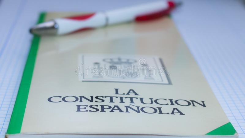 西班牙宪法的书与笔和图解白色背景的 免版税库存照片