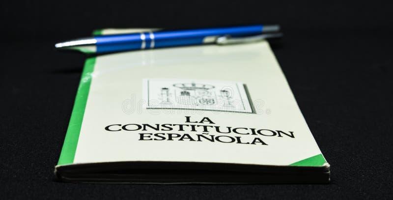 西班牙宪法的书与笔和图解白色背景的 免版税图库摄影
