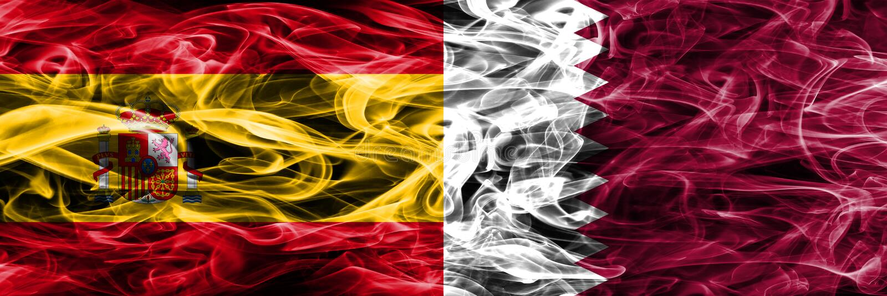 西班牙对卡塔尔肩并肩被安置的烟旗子 厚实的色的si 免版税库存照片