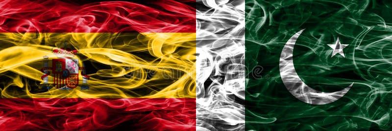 西班牙对巴基斯坦肩并肩被安置的烟旗子 浓厚上色 图库摄影