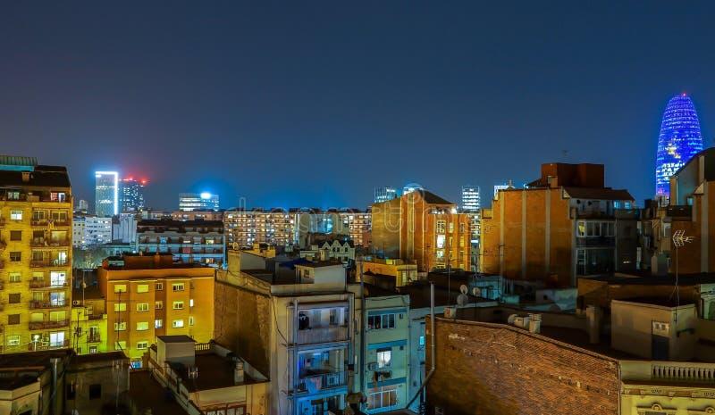 西班牙巴塞罗纳城市夜景,天际线灯火通明 免版税库存图片
