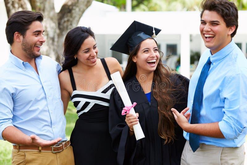 西班牙庆祝毕业的学生和家庭 图库摄影