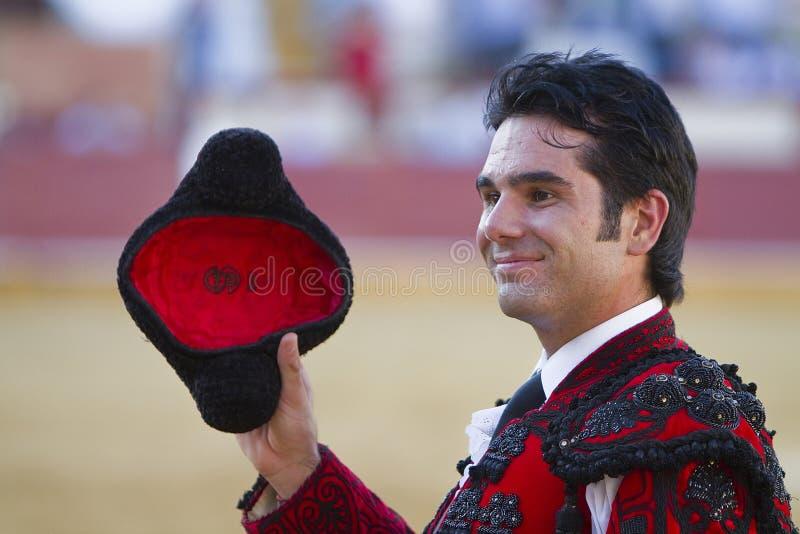 西班牙斗牛士转动的萨尔瓦多维加荣誉与一montera在他的手上 库存照片