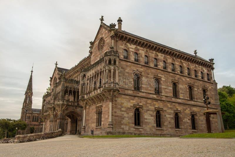 西班牙桑坦德市科米利亚斯的索布雷拉诺宫和教堂 免版税库存照片