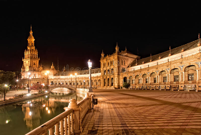 西班牙正方形(Plaza de西班牙)在塞维利亚在晚上,西班牙 免版税库存图片