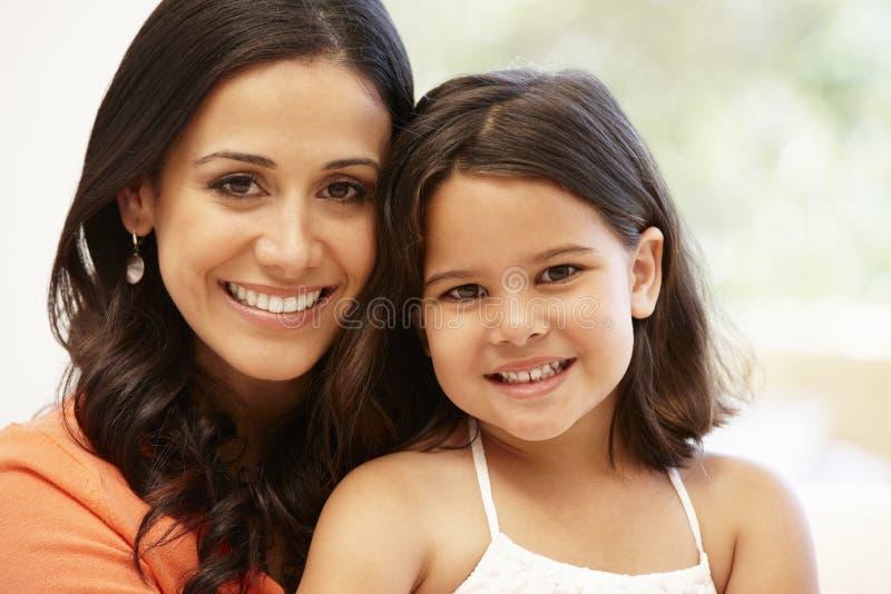 西班牙母亲和女儿 免版税库存照片