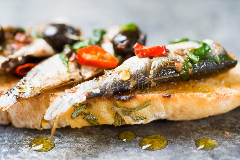 西班牙沙丁鱼烤面包 免版税图库摄影