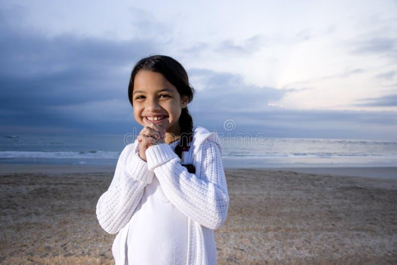 西班牙海滩逗人喜爱的黎明的女孩微&# 免版税库存照片