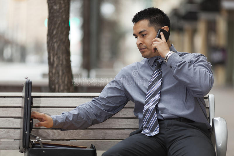 西班牙生意人-联系在移动电话 免版税库存照片