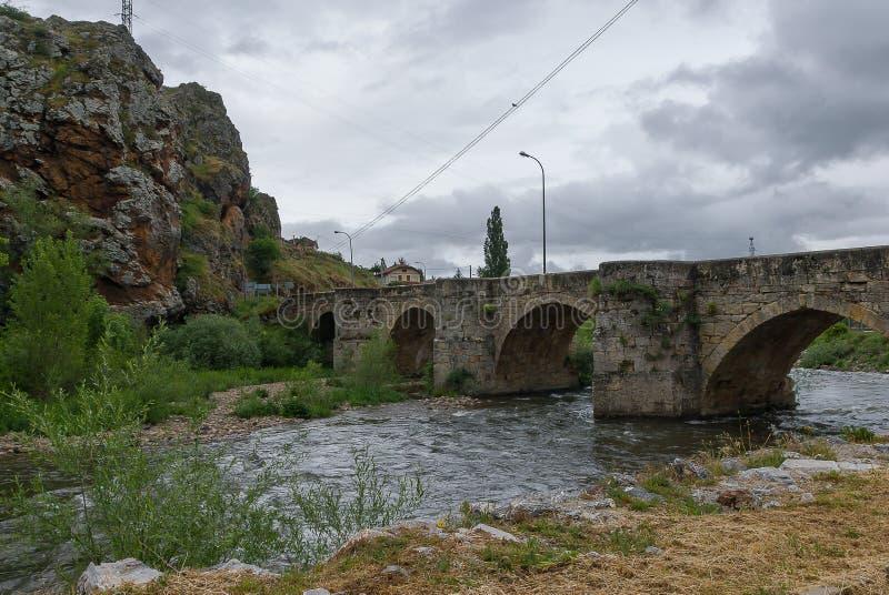 西班牙由塞尔韦拉德皮苏埃尔加石桥梁的里约Pisuerga  帕伦西亚 库存照片