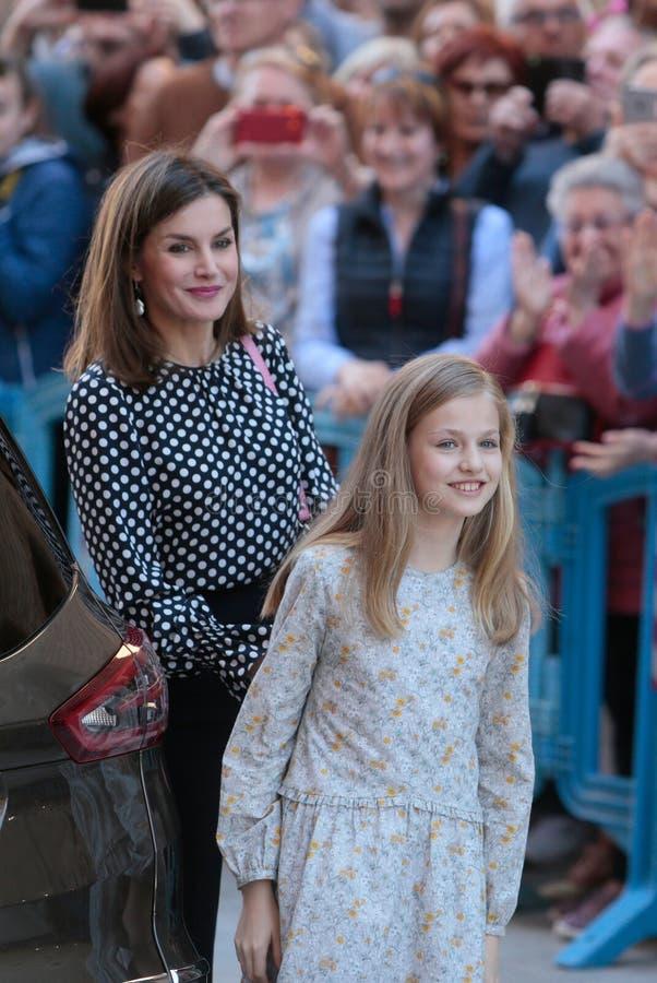 西班牙皇家女王莱蒂齐亚打手势与女儿利奥诺公主 免版税库存照片
