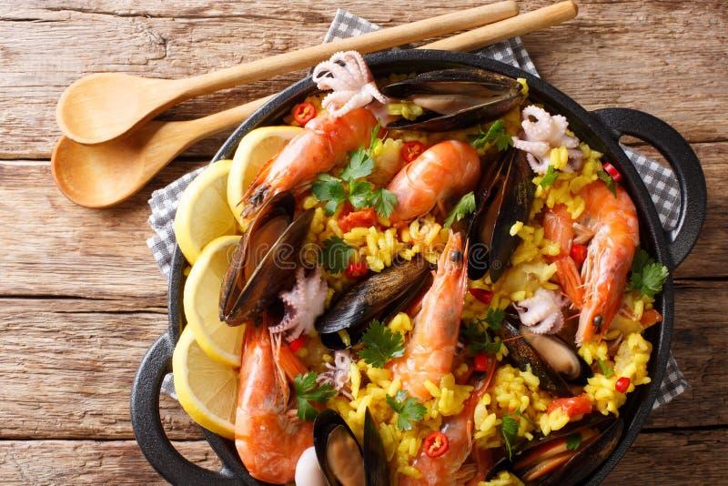 西班牙肉菜饭用虾、淡菜、鱼和婴孩章鱼克洛 免版税库存图片