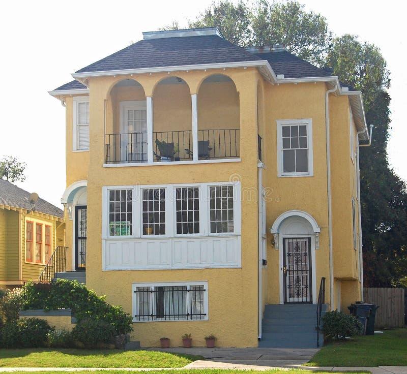 西班牙语Inflence,明亮的黄色套楼公寓 图库摄影