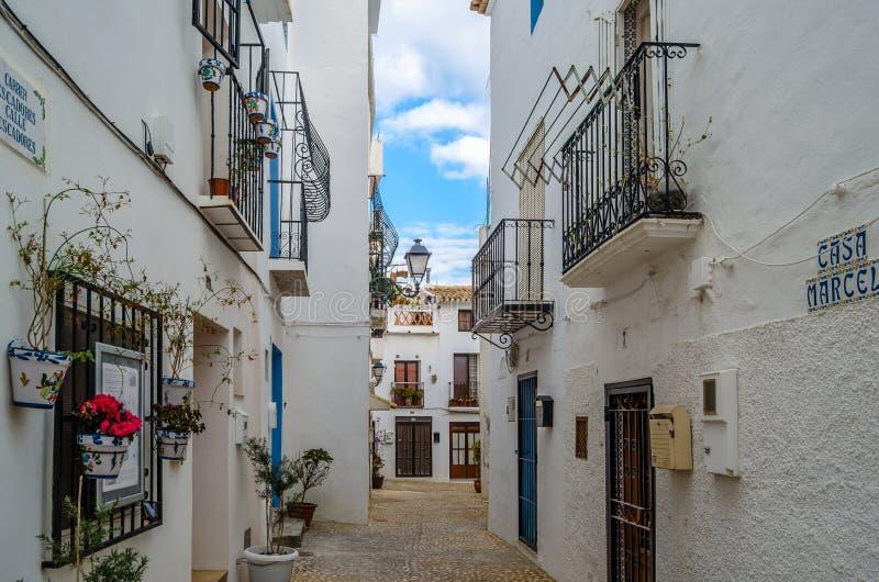 西班牙阿利坎特省地中海白色村庄阿尔泰亚狭窄街道 免版税图库摄影