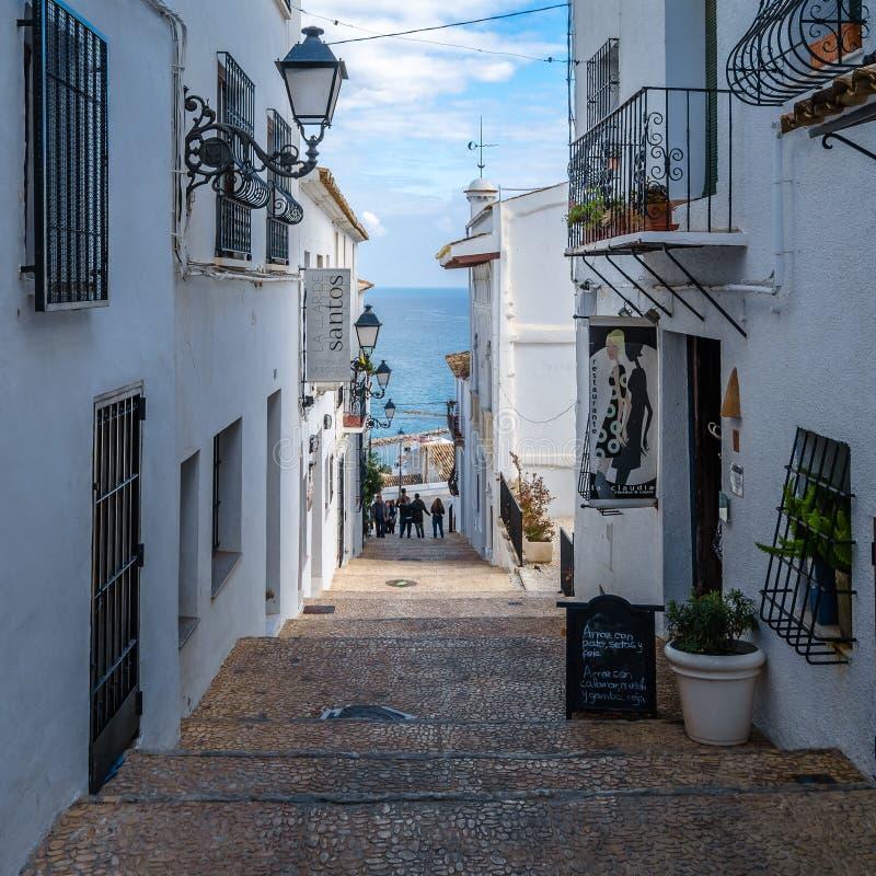 西班牙阿利坎特省地中海白色村庄阿尔泰亚狭窄街道 免版税库存照片