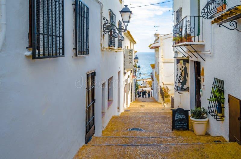 西班牙阿利坎特省地中海白色村庄阿尔泰亚狭窄街道 库存照片