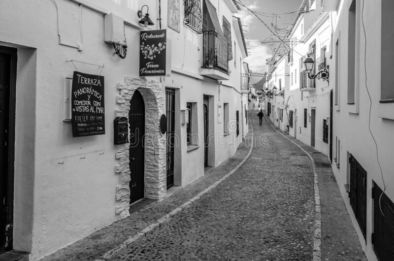 西班牙阿利坎特省阿尔泰亚地中海白村狭窄的街道 免版税库存图片