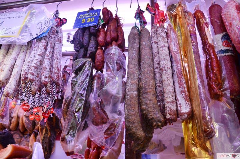 西班牙香肠在市场上 库存图片