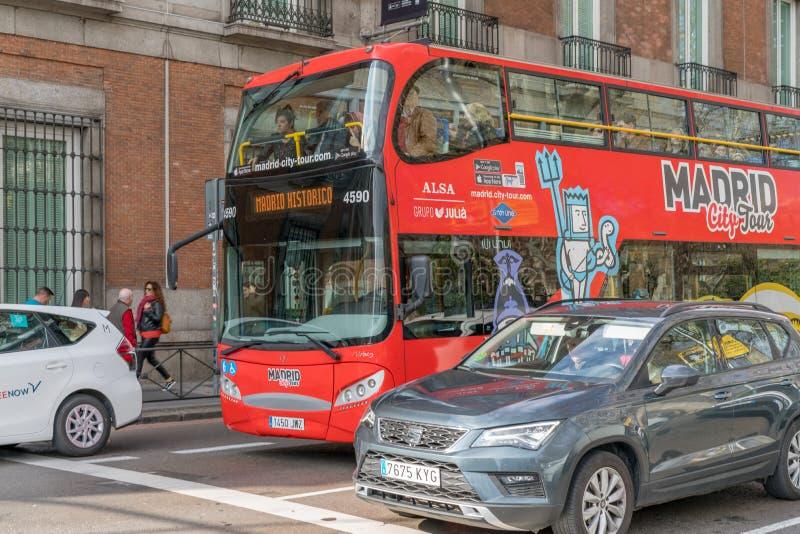西班牙马德里 — 2020年2月13日:马德里城之旅旅游巴士在卡莱梅奥上 库存图片