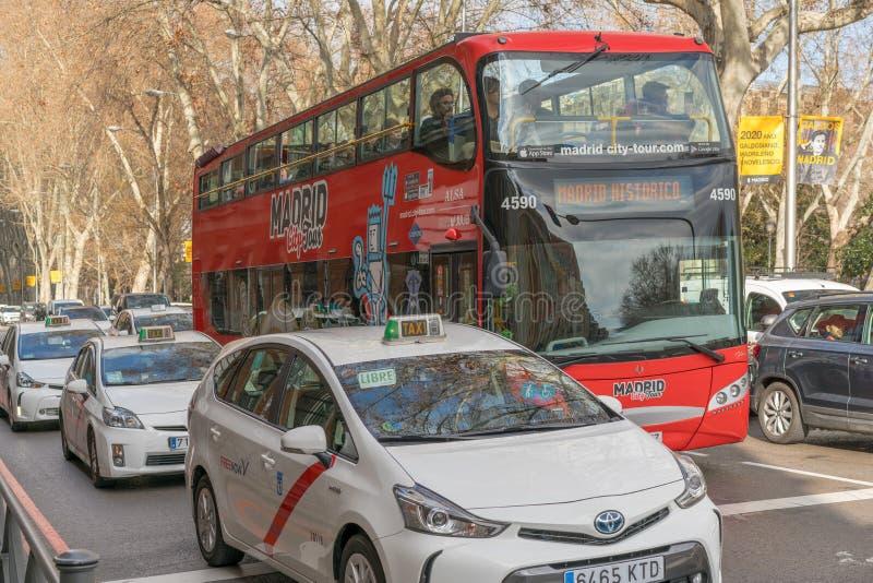 西班牙马德里 — 2020年2月13日:马德里城之旅旅游巴士在卡莱梅奥上 库存照片