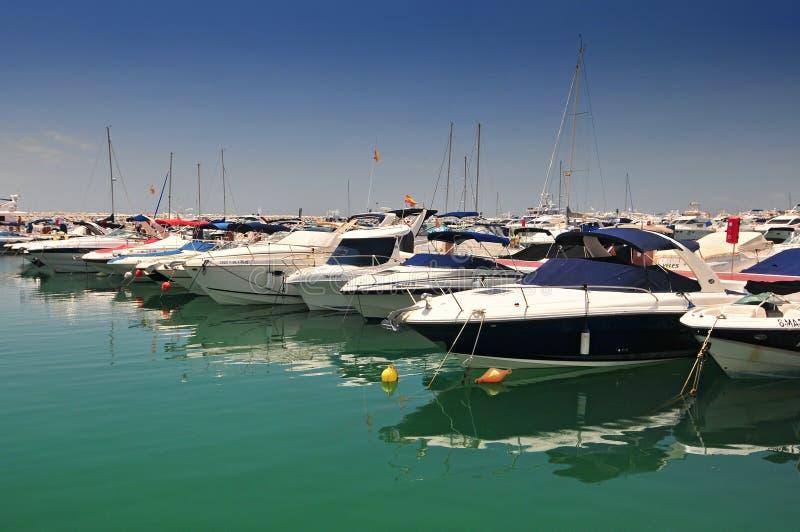 西班牙马拉加马贝拉港巴努斯港的豪华游艇 免版税图库摄影