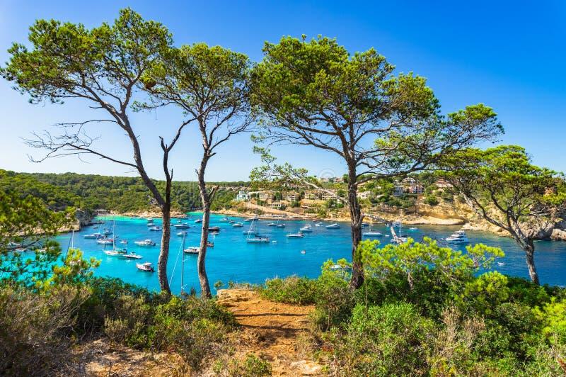 西班牙马略卡美丽的海滩和海湾与小船在门户Vells 图库摄影