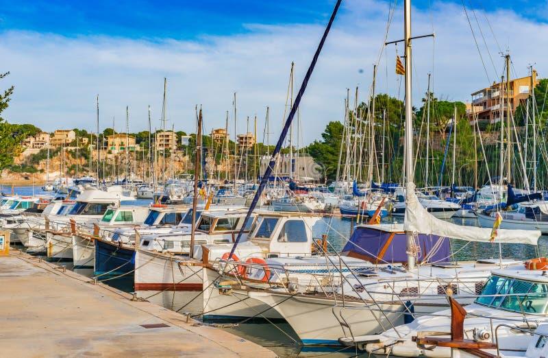 西班牙马略卡,在波尔图Christo港口的小船  免版税图库摄影