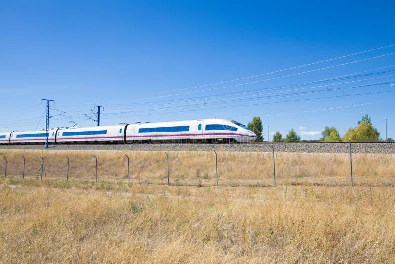 西班牙高速火车机车和无盖货车  图库摄影
