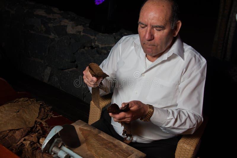 西班牙,特内里费岛, ABAMA里茨, 2016年2月:滚动手工制造雪茄parejos的Torcedor 免版税库存图片