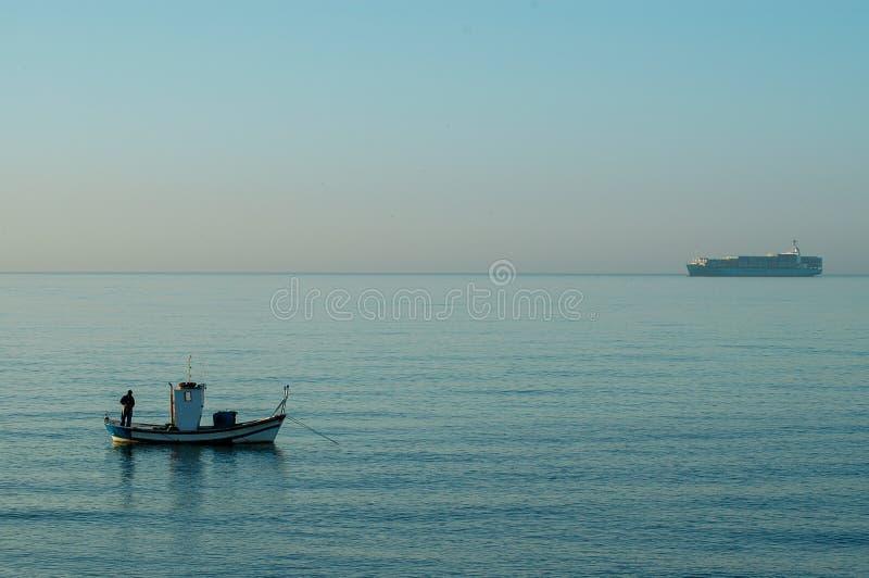 西班牙,马拉加- 2009年10月30日:清早埃尔帕洛岸的渔夫 库存图片