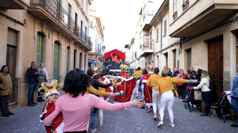 西班牙,BARCELONA-13 2019年4月:服装队伍通过城市欢乐街道  ?? 在不同打扮的年轻人 库存照片
