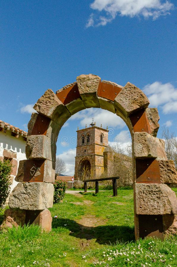 西班牙 与萨利纳斯德皮苏埃尔加教会的石曲拱在背景中 帕伦西亚2013年3月 库存图片