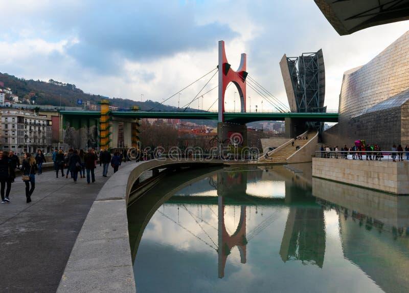 西班牙/欧洲的毕尔巴鄂;29/12/18:西班牙毕尔巴鄂市拉萨尔夫过内尔维翁河红色现代桥 免版税库存照片
