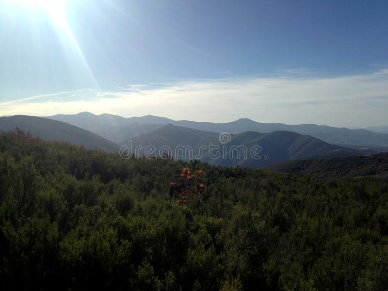 西班牙 camino de圣地亚哥 在山的秋天 自然 晒裂 自由 免版税库存照片