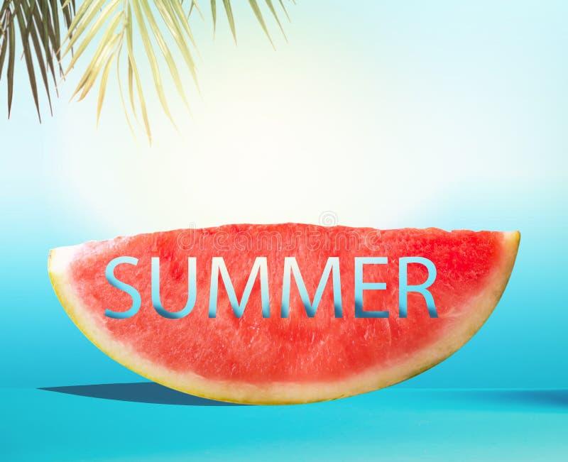 西瓜切片与在蓝色背景的文本夏天与棕榈叶 水多的刷新的夏天食物 r o 免版税库存图片