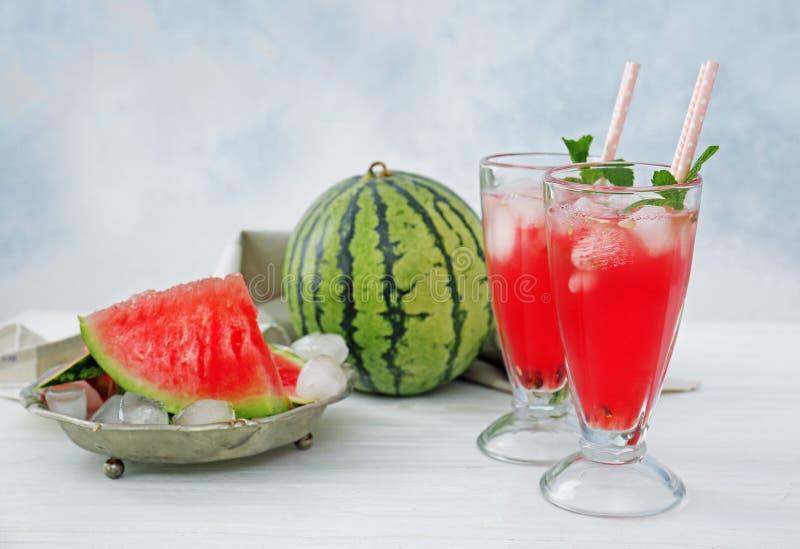 西瓜和鸡尾酒在轻的背景 图库摄影